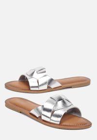 Renee - Srebrne Klapki Arathe. Nosek buta: otwarty. Kolor: srebrny. Obcas: na płaskiej podeszwie