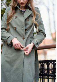 Marie Zélie - Trencz Adria bawełna z elastanem oliwkowy. Kolor: oliwkowy. Materiał: bawełna, elastan. Sezon: lato. Styl: klasyczny #3