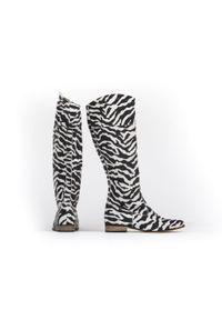 Zapato - wsuwane kozaki na niskim obcasie - skóra naturalna - model 125 - kolor zebra. Zapięcie: bez zapięcia. Materiał: skóra. Wzór: motyw zwierzęcy. Sezon: lato, jesień, wiosna. Obcas: na obcasie. Styl: boho, klasyczny, elegancki, militarny. Wysokość obcasa: niski