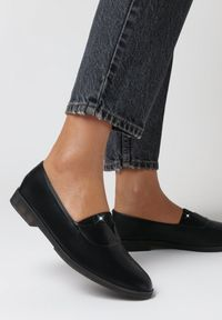 Born2be - Czarne Półbuty Cororeanes. Nosek buta: okrągły. Zapięcie: bez zapięcia. Kolor: czarny. Szerokość cholewki: normalna. Wzór: jednolity. Materiał: dzianina, guma, prążkowany. Obcas: na obcasie. Styl: klasyczny. Wysokość obcasa: niski