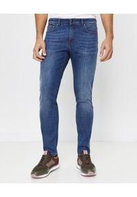 FAY - Niebieskie jeansy ze skórzanym logo. Okazja: na co dzień. Kolor: niebieski. Wzór: aplikacja. Styl: sportowy, klasyczny, casual