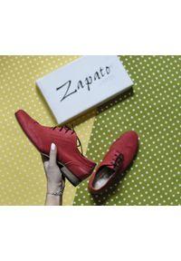 Zapato - sznurowane półbuty jazzówki - skóra naturalna - model 246 - kolor czerwony. Okazja: do pracy, na co dzień, na spotkanie biznesowe. Kolor: czerwony. Materiał: skóra. Szerokość cholewki: normalna. Wzór: motyw zwierzęcy, kwiaty, kolorowy. Obcas: na obcasie. Styl: elegancki, casual, klasyczny, boho, biznesowy. Wysokość obcasa: niski