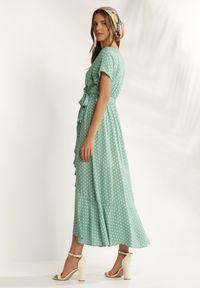Renee - Miętowa Sukienka Boliphise. Kolor: miętowy. Materiał: tkanina. Długość rękawa: krótki rękaw. Wzór: kropki. Typ sukienki: kopertowe. Styl: klasyczny