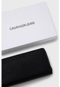 Calvin Klein Jeans - Portfel. Kolor: czarny. Materiał: materiał, poliester. Wzór: gładki