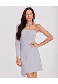 LA MANIA - Sukienka na jedno ramię Kenda. Kolor: szary. Długość rękawa: długi rękaw. Typ sukienki: asymetryczne, dopasowane. Styl: elegancki