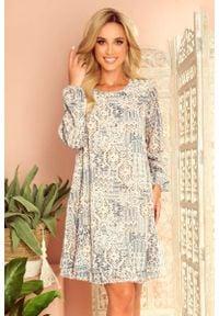 Numoco - Zwiewna Sukienka z Dekoltem na Plecach we Wzory - Beżowo Niebieska. Kolor: niebieski, beżowy, wielokolorowy. Materiał: poliester, elastan