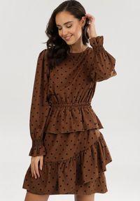 Born2be - Brązowa Sukienka Adomine. Typ kołnierza: kołnierz z falbankami. Kolor: brązowy. Długość rękawa: długi rękaw. Styl: retro. Długość: mini