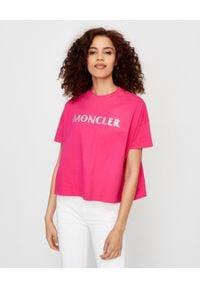 MONCLER - Różowa koszulka z logo. Kolor: wielokolorowy, fioletowy, różowy. Materiał: bawełna. Wzór: nadruk. Styl: sportowy