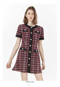TwinSet - Rozpinana sukienka w kratkę a'la channelka Twinset. Kolor: czerwony. Materiał: bawełna, wiskoza, akryl, elastan, włókno, poliamid, poliester. Wzór: kratka. Typ sukienki: proste