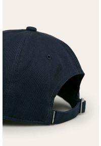 Niebieska czapka z daszkiem Converse z aplikacjami