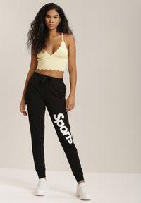Renee - Czarne Spodnie Dresowe Diosassea. Kolor: czarny. Materiał: dresówka. Długość: długie. Wzór: napisy, aplikacja