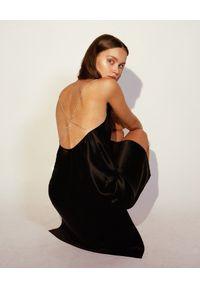 JENESEQUA - Czarna jedwabna sukienka Nancy. Kolor: czarny. Materiał: jedwab. Długość rękawa: na ramiączkach. Wzór: aplikacja. Typ sukienki: dopasowane. Styl: klasyczny. Długość: midi