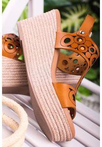 Maciejka - Camelowe sandały maciejka skórzane ażurowe na koturnie l4705-07/00-0. Materiał: skóra. Wzór: ażurowy. Obcas: na koturnie