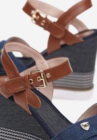 Renee - Niebieskie Sandały Daphnone. Okazja: na co dzień. Nosek buta: otwarty. Zapięcie: sprzączka. Kolor: niebieski. Wzór: kwiaty, aplikacja. Materiał: materiał. Sezon: lato. Obcas: na koturnie. Styl: casual