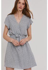 Answear Lab - Sukienka. Kolor: szary. Materiał: tkanina. Długość rękawa: krótki rękaw. Typ sukienki: rozkloszowane. Styl: wakacyjny