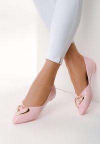 Born2be - Różowe Balerinki All Your Wishes. Kolor: różowy. Materiał: lakier. Szerokość cholewki: normalna. Obcas: na obcasie. Styl: glamour. Wysokość obcasa: wysoki