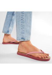 Tory Burch - Japonki TORY BURCH - Flat Flip Flop 81071 Blushing/Pink Caning Logo Geo 650. Kolor: różowy. Materiał: skóra ekologiczna