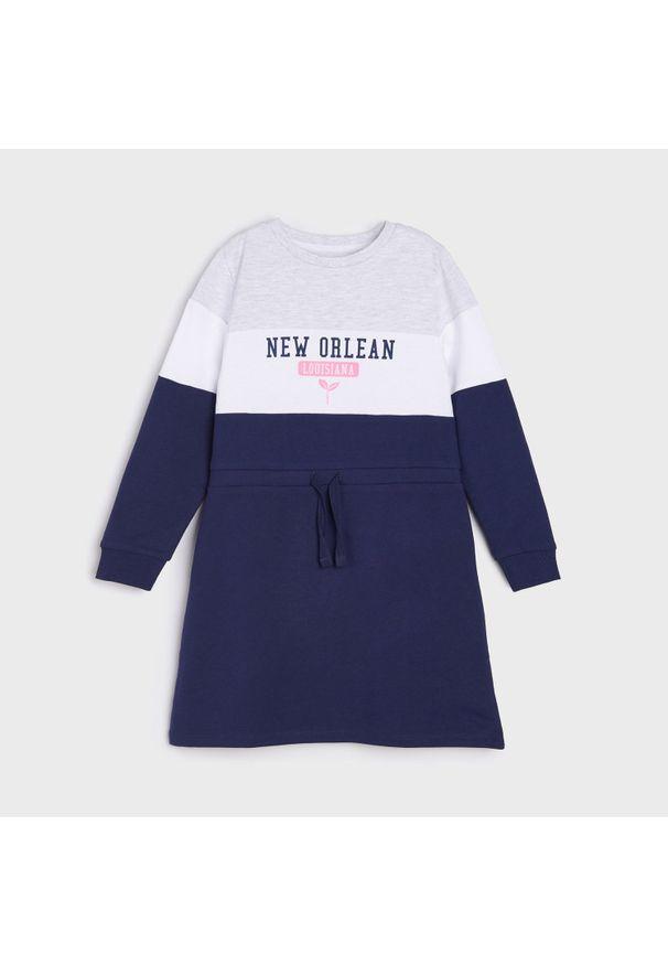 Sinsay - Dresowa sukienka z nadrukiem - Granatowy. Kolor: niebieski. Materiał: dresówka. Wzór: nadruk