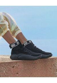Ugg - UGG - Czarne sneakersy La Cloud. Okazja: na co dzień. Wysokość cholewki: przed kolano. Zapięcie: bez zapięcia. Kolor: czarny. Materiał: neopren, materiał. Szerokość cholewki: normalna. Sezon: jesień, zima