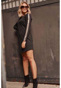 Makadamia - Czarna Asymetryczna Krótka Sukienka z Błyszczącymi Lampasami. Kolor: czarny. Materiał: poliester, nylon. Typ sukienki: asymetryczne. Długość: mini