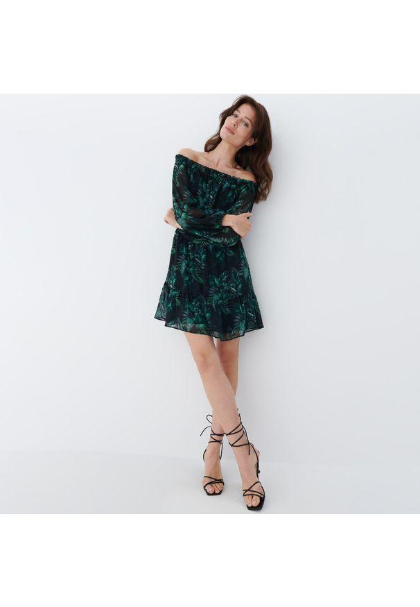 Mohito - Sukienka hiszpanka Eco Aware - Czarny. Typ kołnierza: dekolt hiszpanka. Kolor: czarny