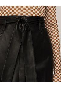NANUSHKA - Spódnica ze skóry ekologicznej Meda. Kolor: czarny. Materiał: skóra ekologiczna. Styl: klasyczny