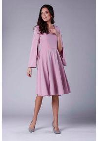 Nommo - Różowa Sukienka Midi z Wirującym Dołem i Rozciętym Rękawem. Kolor: różowy. Materiał: wiskoza, poliester. Długość: midi