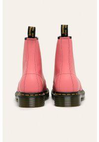 Różowe botki Dr. Martens bez obcasa, na sznurówki, z cholewką