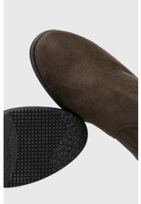 Answear Lab - Kozaki. Nosek buta: okrągły. Kolor: zielony. Obcas: na obcasie. Styl: wakacyjny. Wysokość obcasa: niski