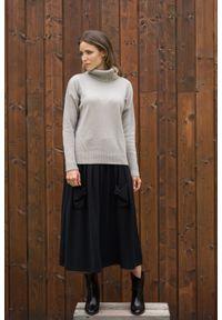 Szary sweter VEVA w kolorowe wzory, klasyczny, z golfem, na spotkanie biznesowe