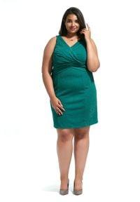 Zielona sukienka dla puszystych Moda Size Plus Iwanek elegancka, w kolorowe wzory, z kopertowym dekoltem, bez rękawów