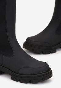 Born2be - Czarne Kozaki Izar. Wysokość cholewki: przed kolano. Nosek buta: okrągły. Zapięcie: zamek. Kolor: czarny. Materiał: guma. Szerokość cholewki: normalna. Obcas: na obcasie. Wysokość obcasa: niski