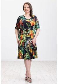 Moda Size Plus Iwanek - Czarna sukienka Alina w kolorowe wzory XXL OVERSIZE LATO. Kolor: czarny. Materiał: elastan, materiał, wiskoza, tkanina, skóra, dzianina. Długość rękawa: krótki rękaw. Wzór: kolorowy. Sezon: lato. Typ sukienki: oversize