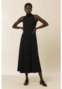 IVY & OAK - Sukienka. Typ kołnierza: golf. Kolor: czarny. Materiał: tkanina, wiskoza, materiał. Wzór: gładki. Typ sukienki: rozkloszowane