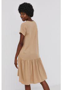 Answear Lab - Sukienka. Kolor: beżowy. Materiał: materiał. Długość rękawa: krótki rękaw. Typ sukienki: rozkloszowane. Styl: wakacyjny