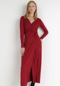 Born2be - Bordowa Sukienka Mellona. Typ kołnierza: dekolt w kształcie V. Kolor: czerwony. Materiał: dzianina, materiał. Długość rękawa: długi rękaw. Wzór: gładki. Typ sukienki: kopertowe. Styl: glamour, elegancki. Długość: maxi