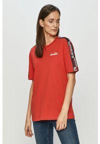 Czerwona bluzka Diadora z aplikacjami, casualowa, na co dzień