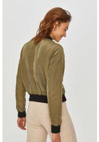 Zielona kurtka Answear Lab wakacyjna, na co dzień
