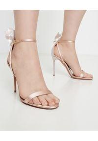 AQUAZZURA - Sandały na szpilce Bow Tie Crystal. Nosek buta: otwarty. Zapięcie: pasek. Kolor: beżowy. Materiał: satyna. Obcas: na szpilce. Wysokość obcasa: średni