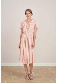 Marie Zélie - Sukienka Eulalia różowa wiskoza żakardowa. Kolor: różowy. Materiał: wiskoza, żakard. Długość rękawa: krótki rękaw. Długość: midi
