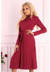 Merribel - Czerwona Plisowana Sukienka z Zabudowanym Dekoltem. Kolor: czerwony. Materiał: poliester, elastan