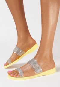 Born2be - Żółte Klapki Rhellyss. Nosek buta: okrągły. Kolor: żółty. Materiał: guma. Wzór: aplikacja, paski, kolorowy. Sezon: lato
