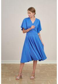 Marie Zélie - Sukienka Eudora niebieska. Typ kołnierza: dekolt kopertowy. Kolor: niebieski. Materiał: bawełna, dzianina, elastan. Typ sukienki: kopertowe