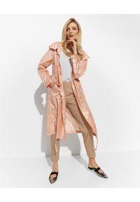 DIEGO M - Brzoskwiniowy płaszcz przeciwdeszczowy. Kolor: pomarańczowy. Długość rękawa: długi rękaw. Długość: długie. Sezon: lato