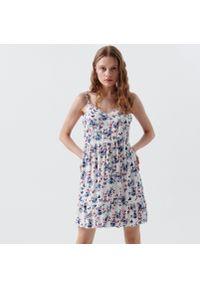 Cropp - Sukienka w kwiatowy wzór - Kremowy. Kolor: kremowy. Wzór: kwiaty