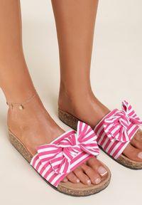 Renee - Różowe Klapki Wylinlith. Nosek buta: okrągły. Kolor: różowy. Materiał: materiał, prążkowany. Wzór: prążki, aplikacja