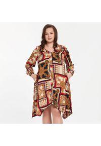 Beżowa sukienka dla puszystych Moda Size Plus Iwanek klasyczna, z klasycznym kołnierzykiem