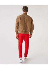 Lacoste - LACOSTE - Czerwone spodnie dresowe Sport Tennis. Kolor: czerwony. Materiał: dresówka. Wzór: haft, aplikacja