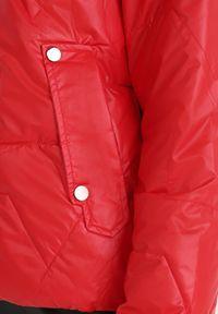Born2be - Czerwona Kurtka Tenerin. Typ kołnierza: kaptur. Kolor: czerwony. Długość: długie