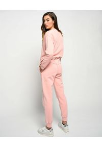 Pinko - PINKO - Różowa bluza z logo Sano. Okazja: na co dzień. Typ kołnierza: bez kaptura. Kolor: wielokolorowy, różowy, fioletowy. Materiał: dresówka, bawełna. Wzór: haft, aplikacja. Styl: klasyczny, sportowy, casual